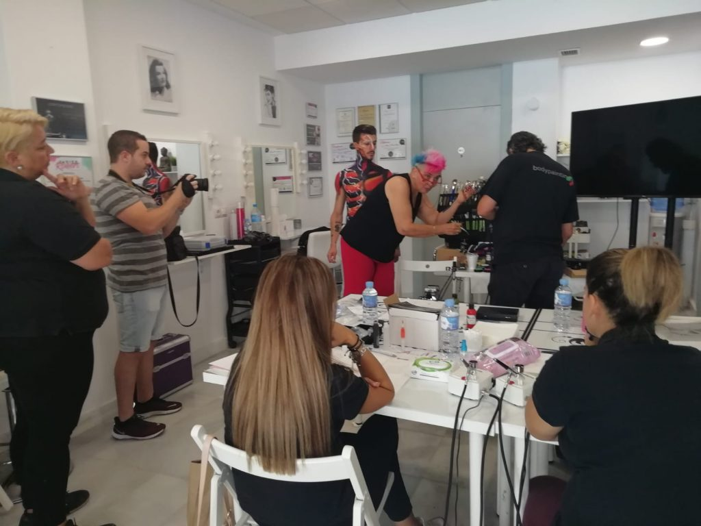 Sala de exposiciones con artistas modelos y alumnas demos senjo color